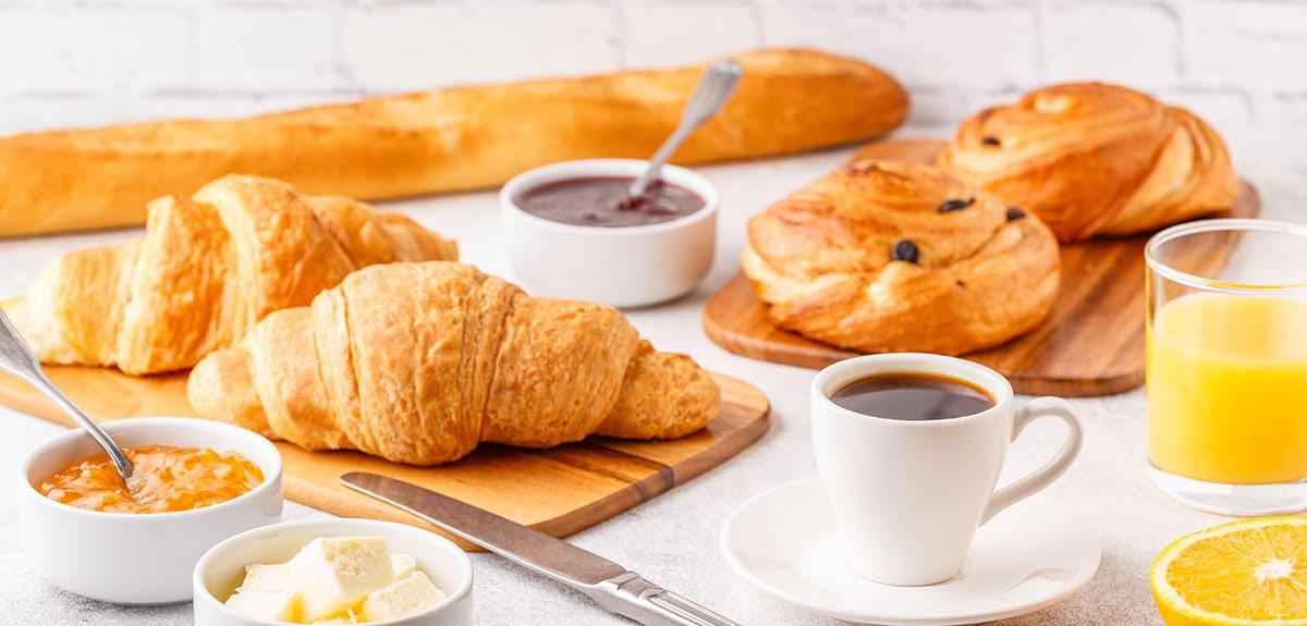 Frühstück mit Kaffee und Croissants Wien